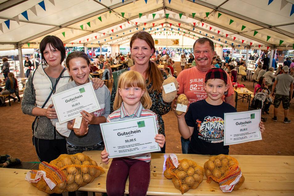 Nathalie Fleischer (2. von links) mit ihrer Tante Maria Bose (links) reichten die schwerste Kartoffel des Jahres mit exakt 786 Gramm ein. Die neue Kartoffelkönigin ist jedoch die fünfjährige Enna Müller (vorn).