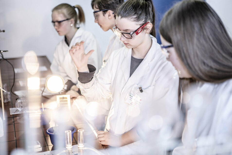 Als Laborantin mit Chemikalien experimentieren. Warum nicht? Beim Girls' and Boys' Day ist das möglich.