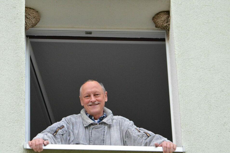 Die beiden Nester haben die Mehlschwalben bereits 2019 an Reinhard Orsakowskys Küchenfenster oben im 2. Stock gebaut. Darin zogen die Vögel auch Junge groß. Und in diesem Jahr?