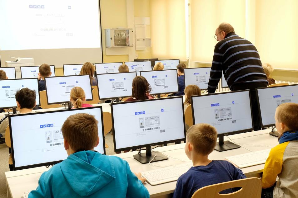 So macht lernen Spaß. Aus zwei Klassenzimmern wurde ein modernes Computerkabinett mit 28 Arbeitsplätzen für die Schülerinnen und Schüler.