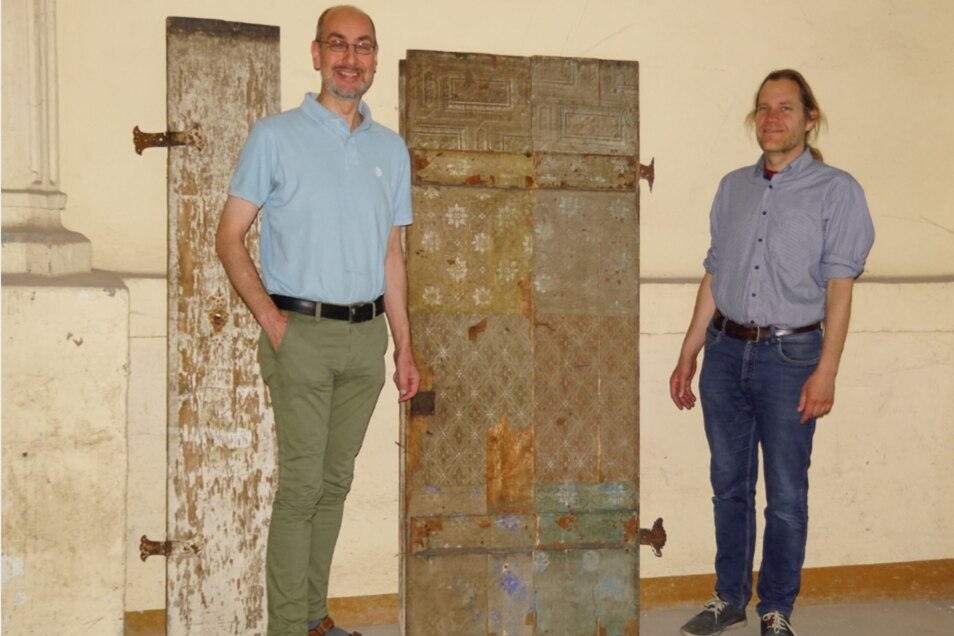 Thomas Göttsberger (links) und Peter Knüvener vom Museum bei der Übergabe der Tür.
