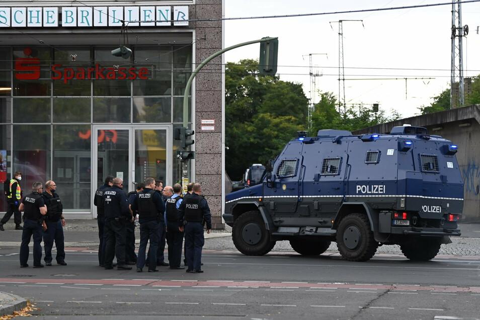 Spezialeinsatzkräfte der Polizei stehen in der Bahnhofstraße vor dem Forum Köpenick. Dort gab es einen Banküberfall.