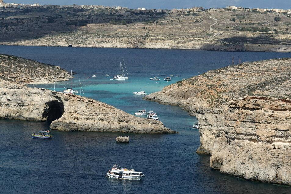 """Blick auf die bei Touristen beliebte blaue Lagune der maltesischen Insel Comino: Das kleine EU-Land im Mittelmeer ist nun zum """"Hochinzidenzgebiet"""" geworden."""