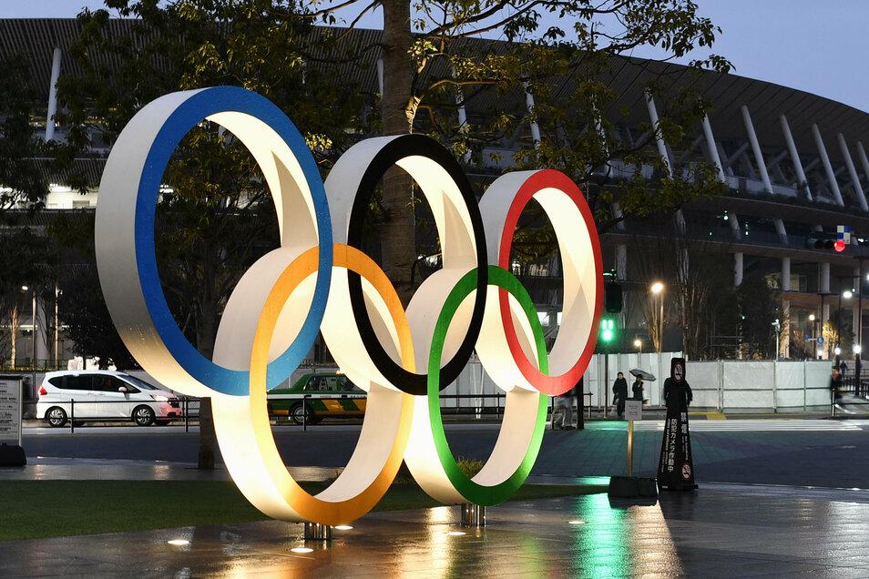 Eine Installation vor dem neuen Nationalstadion, Hauptschauplatz der Spiele vom 23. Juli bis 8. August 2021 in Tokio, zeigt die olympischen Ringe. Wie sind die Spiele in der Corona-Pandemie umzusetzen?