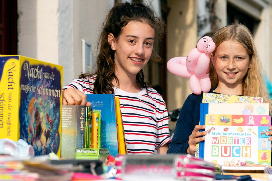 Helene (links) und Pauline aus Dresden haben ihre Schränke ausgeräumt und schaffen auf dem Trödelmarkt Platz für Neues.