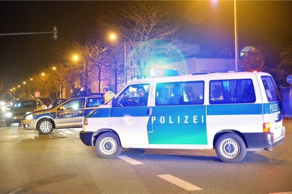 Abgeschirmt von den Beamten, hatten sich in mehreren Nebenstraßen Gegenkundgebungen formiert, an denen nach Schätzungen der Beamten insgesamt rund 300 Personen teilnahmen.