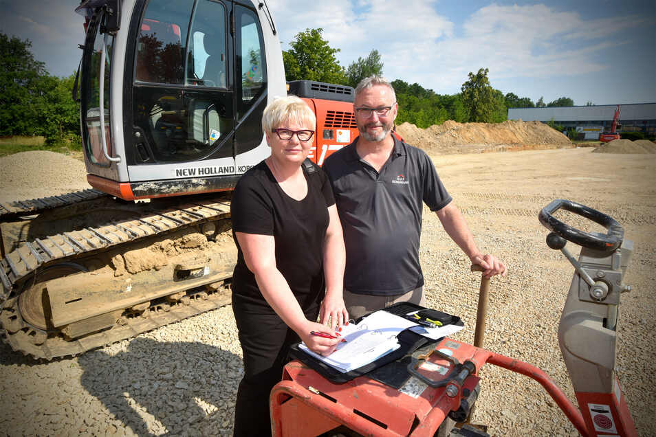 Carsten Juhra und Verena Ulbrich-Schröder auf der Baustelle der Firma G.U.T. Bergmann.
