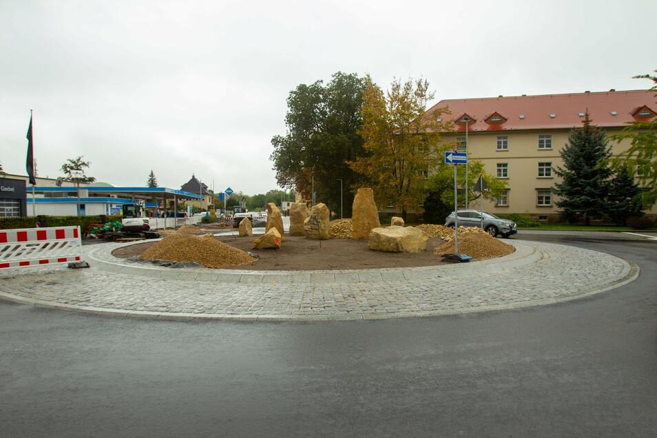 In der Mitte des neuen Kreisverkehrs an der Rottwerndorfer Straße in Pirna wurden jetzt Sandsteinblöcke aufgestellt.