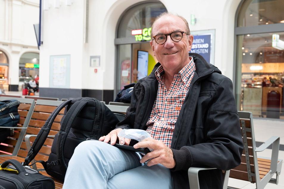 Der Wissenschaftler für Lebensmittelchemie Hans Severin hat Dresden im Rahmen einer wissenschaftlichen Kooperation mit der Technischen Universität Dresden besucht. Sein Zug verspätet sich um zwei Stunden.