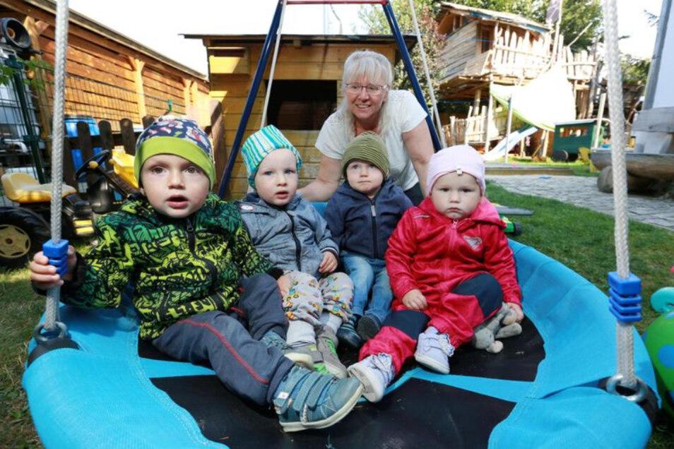 Veronika Pech (55) ist seit zwölf Jahren Tagesmutti für Lückersdorf und Umgebung. Eine Aufgabe, die sie ausfüllt. Fünf Kinder von null bis drei Jahre kann sie gleichzeitig betreuen. Hier wird frisch gekocht, viel in der Natur und mit Tieren gespielt.