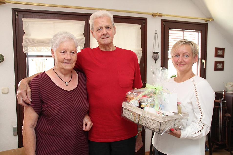Heidemarie und Eberhard List in Schwarzkollm hatten am gestrigen Donnerstag das seltene Jubiläum der Diamantenen Hochzeit. Ortsvorsteherin Claudia Jurisch, auch eine Freundin der Familie, gehörte zu den ersten Gratulanten.