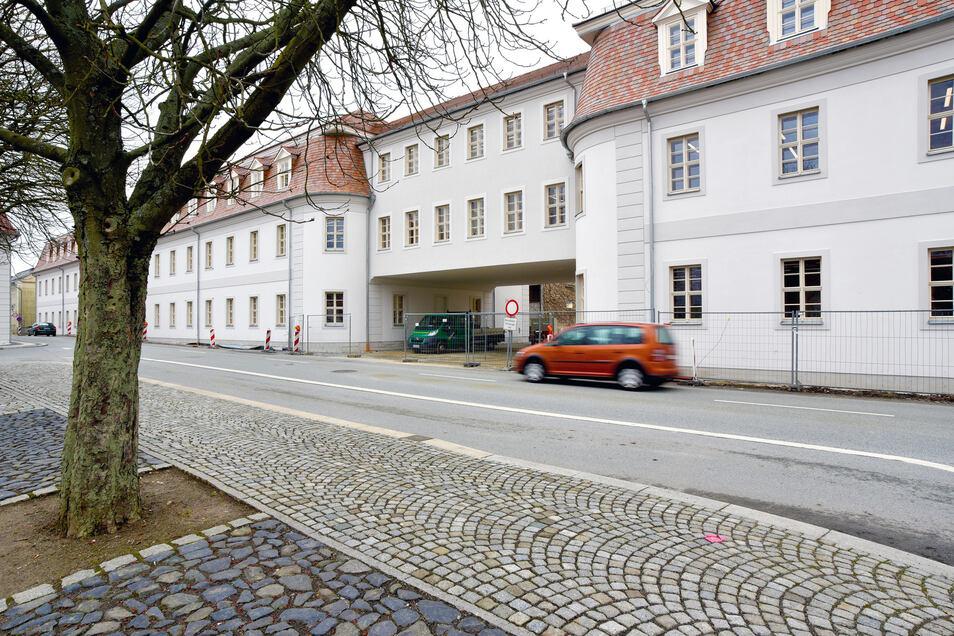 Von außen ganz traditionell im Stil des Herrnhuter Barock: Die beiden Gebäudeteile der Zinzendorfschulen werden mit einem Übergangsbau über die Christian-David-Straße verbunden. Da hängt gewissermaßen ein Einfamilienhaus über der Straße.