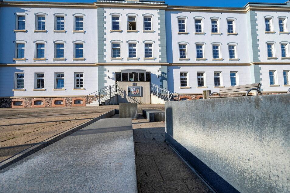 Ein repräsentativer Arbeitsplatz: das Haus am Poppitzer Platz, in dem Museum und Bibliothek untergebracht sind, sucht bald einen neuen Chef.