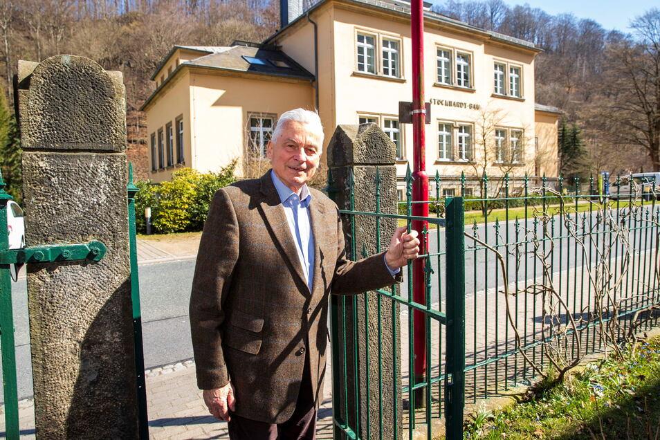 Professor Otto Wienhaus in seinem Grundstück an der Pienner Straße. Im Stöckhardt-Bau gegenüber war jahrelang sein Arbeitsplatz, wie auch der seines Vaters.