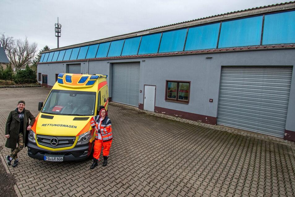 Philipp Georg Berndt vom Abschleppunternehmen und Vivien Große vom DRK-Rettungsdienst stehen vor der Halle, die zur Rettungswache umgebaut werden soll.