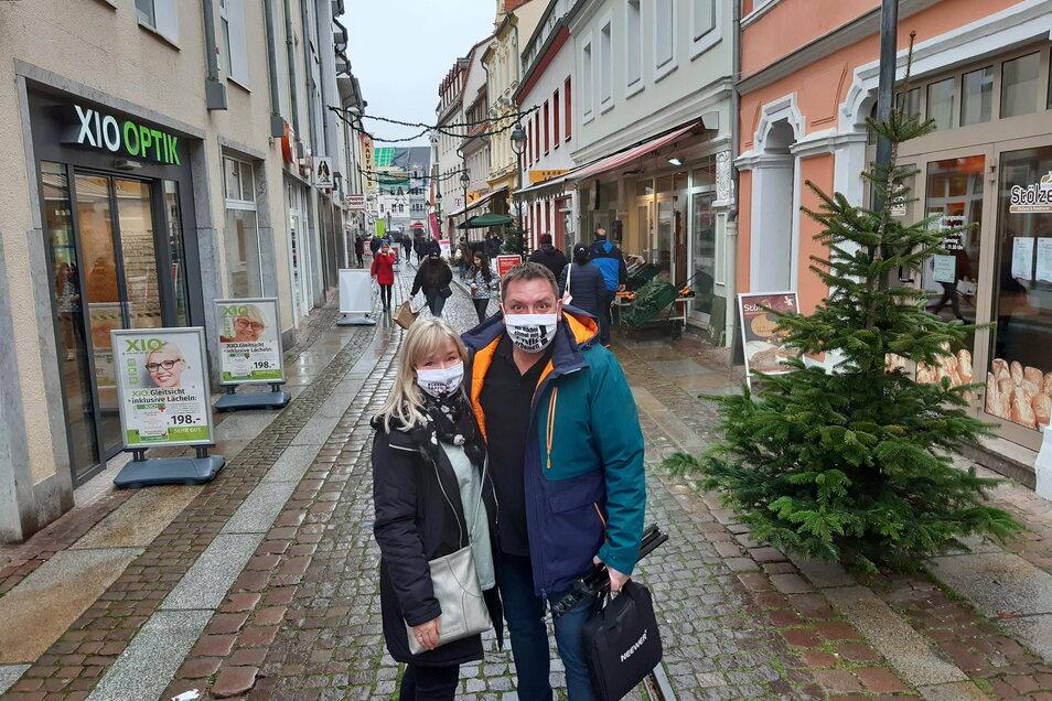 Nancy und Thomas Böttcher sind in der Stadt unterwegs, um Videoclips in einigen Geschäften zu drehen.