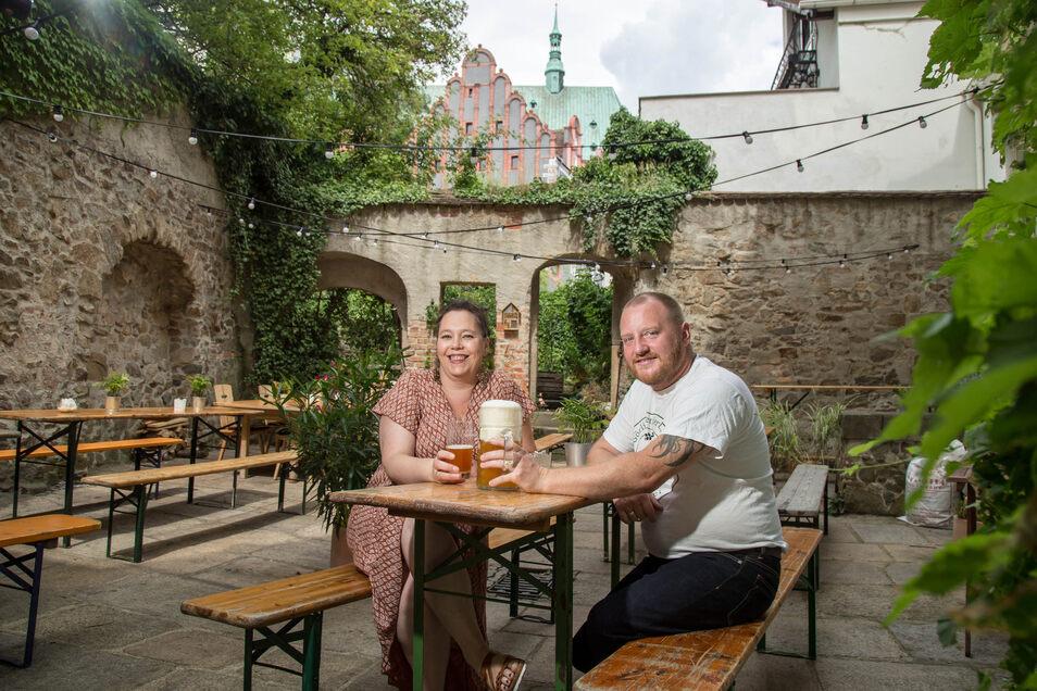 Diana Klaus-Metzner und Alexander Klaus in ihrem Biergarten. Das Mobiliar kann eine Erneuerung gebrauchen, finden sie.