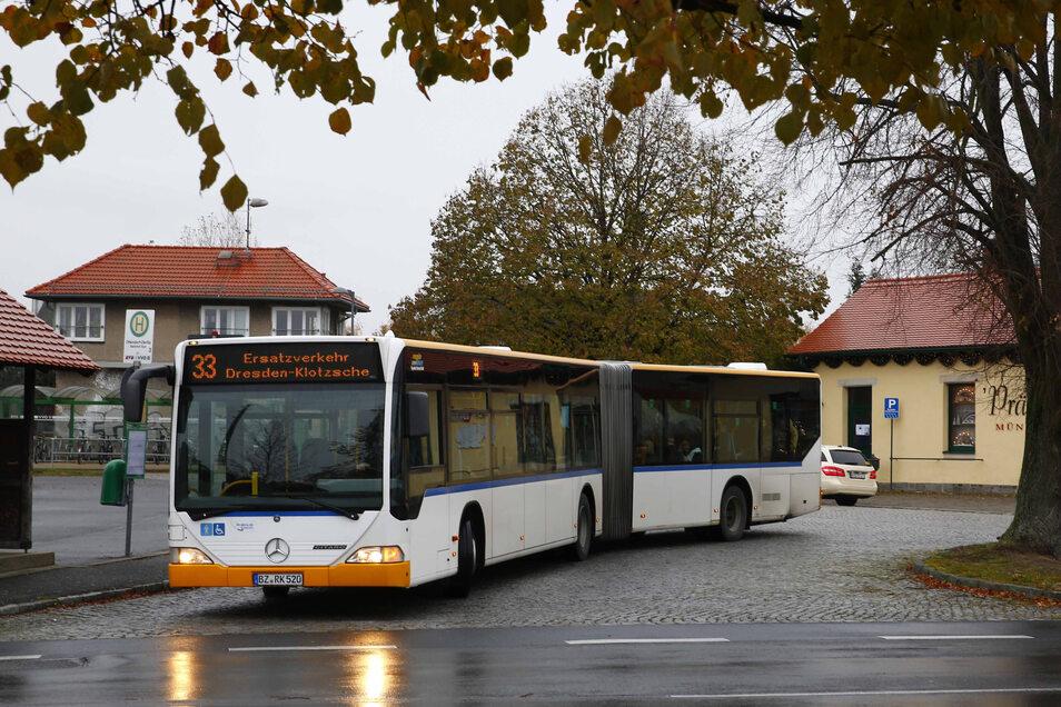 Mittlerweile ein gewohntes Bild: Am Bahnhof in Ottendorf fahren Ersatzbusse vor. Der reguläre Bahnverkehr wird erst im kommenden Jahr aufgenommen.