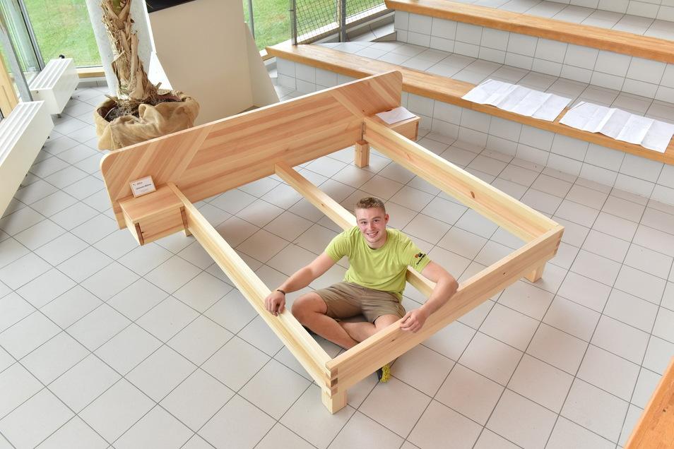 Johannes Böhme hat ein Bett für seine Eltern gebaut.