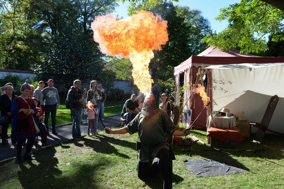 Feuerspucker Reiner Schierborn aus Jaroslaw (Polen) zeigte sein Können.