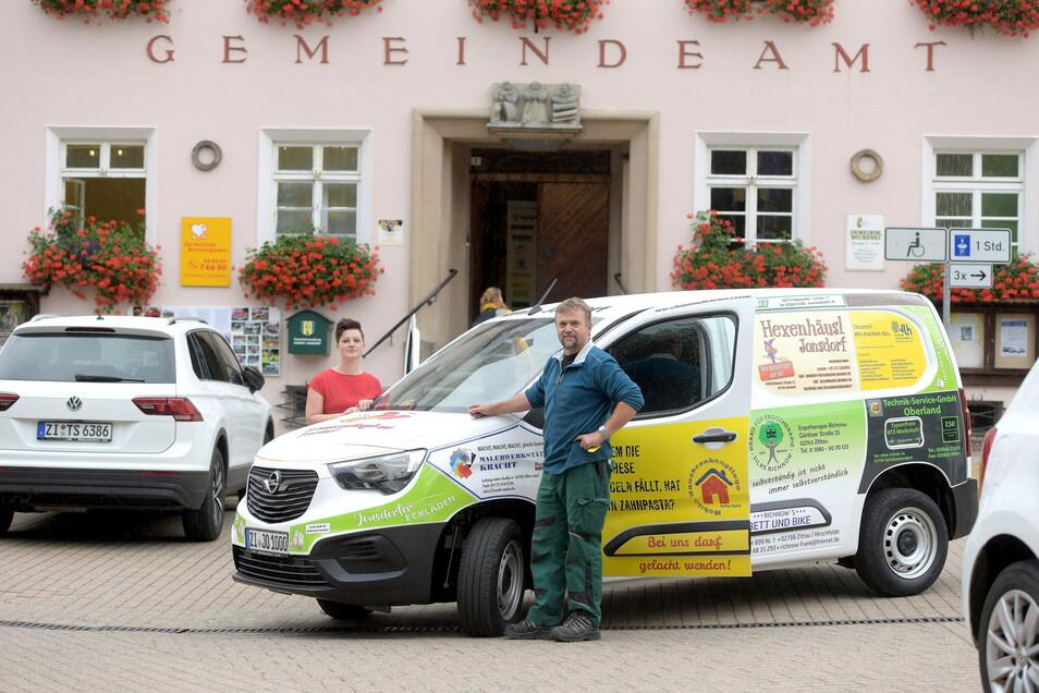 Jonsdorfs Bürgermeisterin Kati Wenzel und Frank Gerasch, der Leiter des Bauhofes, mit dem neuen Fahrzeug, einem Opel Combo.