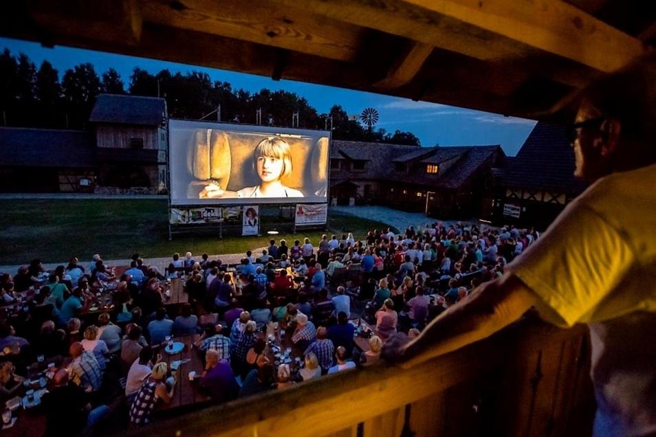 Auf dem Mühlenhof stehen 500 Besucherplätze zur Verfügung. Auch von der Lounge auf dem Laubengang hat man einen tollen Blick auf die 50-Quadratmeter-Leinwand.