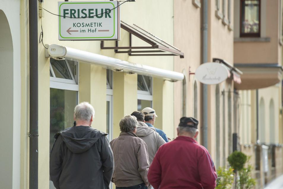 Anstehen für die Befreiung von zu langen Haaren. Bei der Genossenschaft Charmant in Radebeul gibt es noch einen Friseur ohne Terminbuch.
