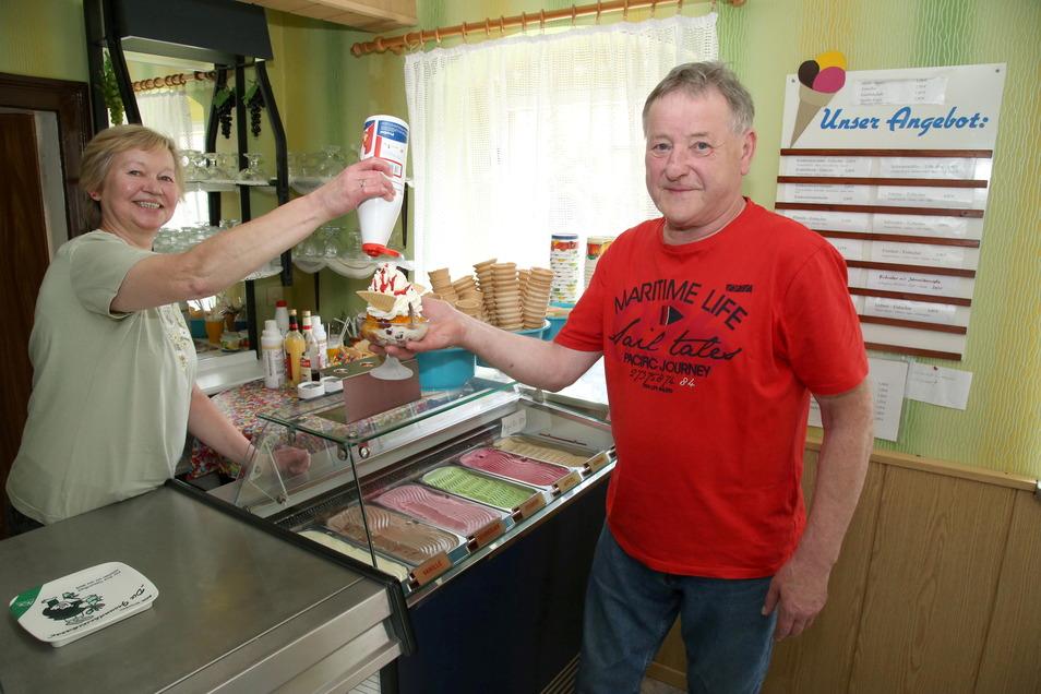 Elke und Reinhard Kiank bieten in ihrem Eiscafé in Mücka Eissorten in verschiedenen Geschmacksrichtungen an. Am Wochenende hoffen sie auf einen regen Straßenverkauf.