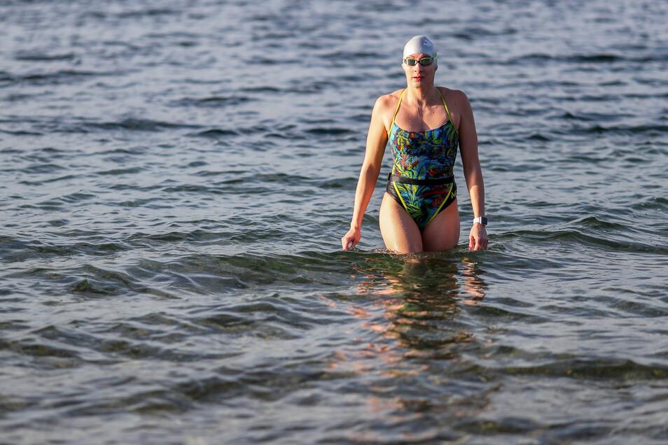 Die Leipzigerin Alisa Fatum, Weltmeisterin im Eisschwimmen, kommt nach dem Training aus dem Kulkwitzer See.