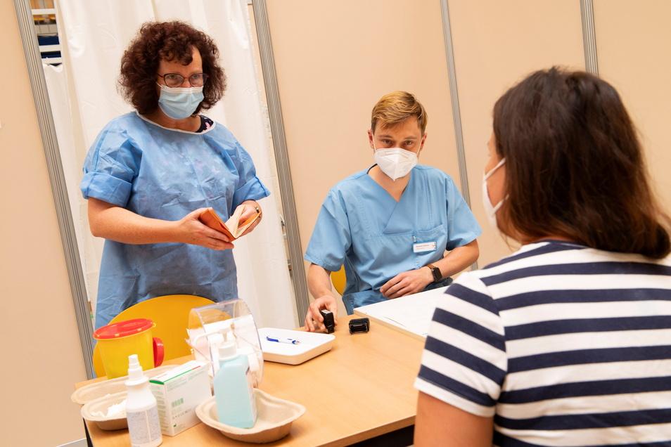 Impfarzt Benjamin Glauche (M.) und Schwester Annett Rietschel im Vorgespräch mit Christin Hille aus Hoyerswerda.