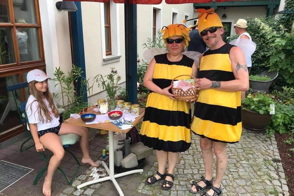 Zwei fleißige Bienchen unterwegs in der Stadt: Ramona und Jörg waren im Auftrag der Cityinitiative mit kleinem Bonbon-Körbchen in der Altstadt zu Gange und erfreuten nicht nur die Kinder. Wie hier im Stadtgarten von Familie Wolf an der Schillerpromenade.