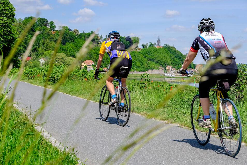 Auf dem Elberadweg zwischen Radebeul und Meißen sind viele Menschen nur in Zweier- oder Vierergruppen unterwegs. Menschenansammlungen gibt es eher in den Biergärten.