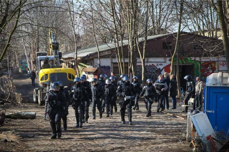 Polizisten auf dem Gelände.
