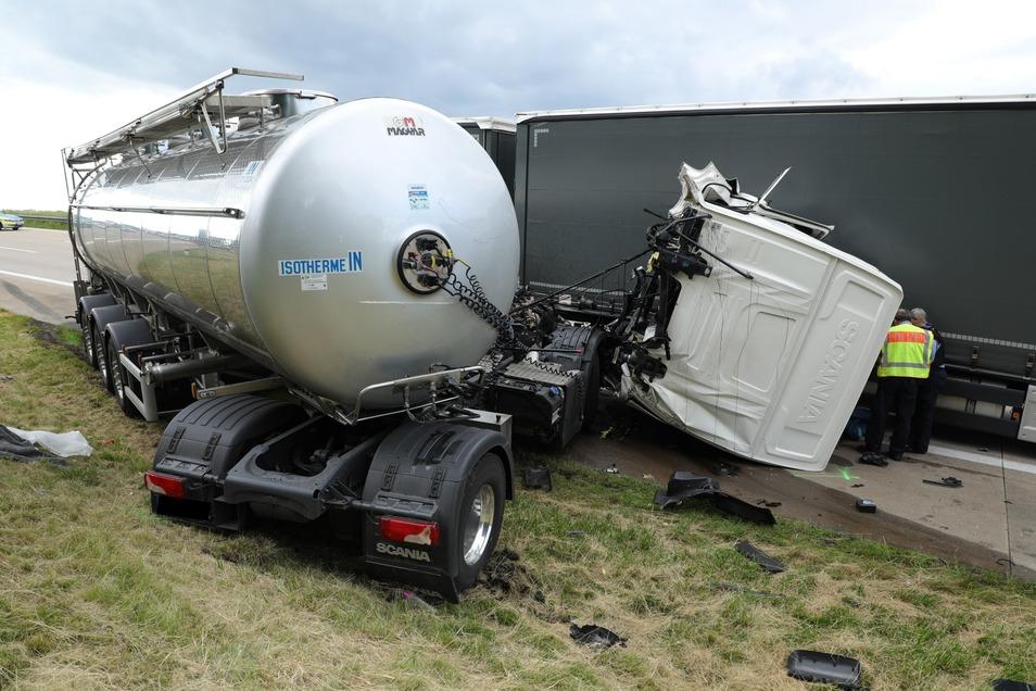 Der Fahrer eines Milchlasters starb noch an der Unfallstelle.