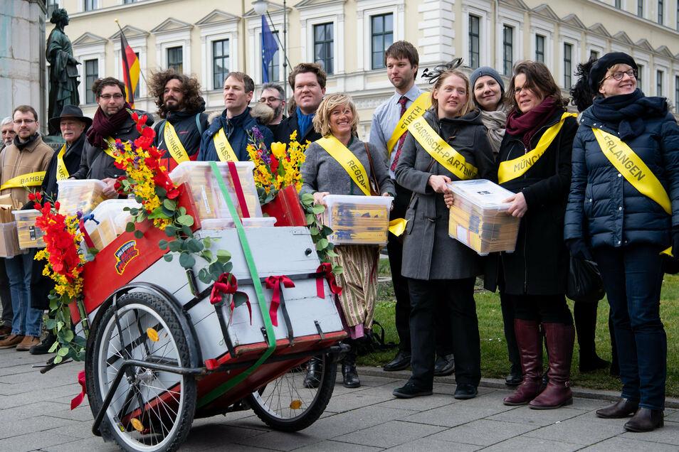 """Die Initiatoren des Volksbegehrens """"Mietenstopp"""" bei einer Demonstration vor dem bayerischen Innenministerium."""