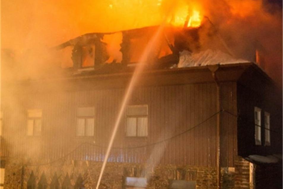 Die Feuerwehr geht davon aus, dass die Löscharbeiten noch den ganzen Tag andauern werden.