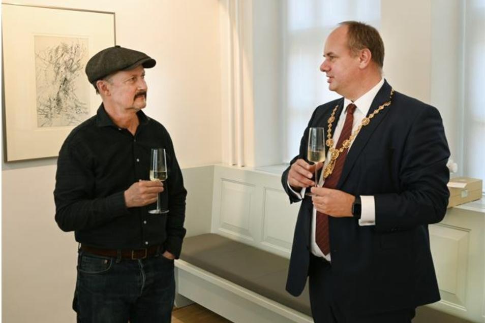 Regisseur Todd Field und Oberbürgermeister Dirk Hilbert tranken zusammen ein Gläschen Sekt.
