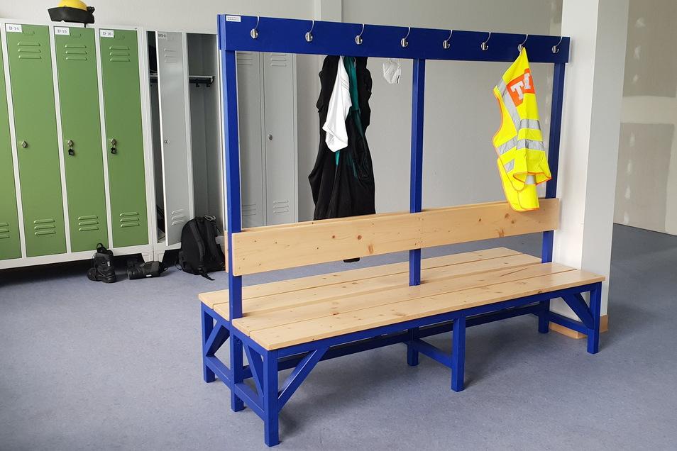 Diese große Sitzbank mit Garderobe aus Holz für das Umkleidezimmer hat Tim Matzke entworfen und zusammen mit Rebekka Schönfelder hergestellt.