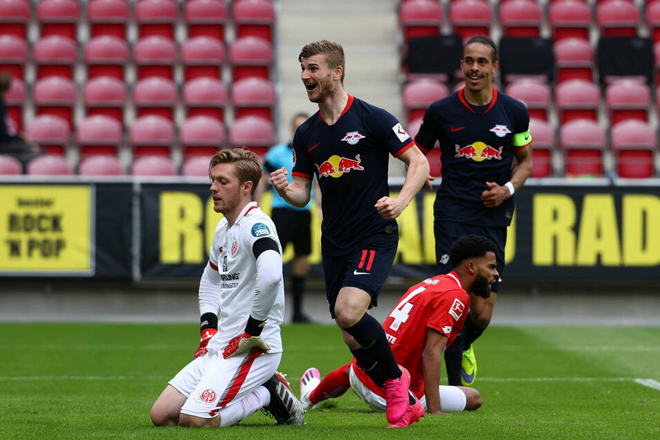Leipzigs Timo Werner (2.v.l) jubelt nach seinem Treffer zum 0:4.