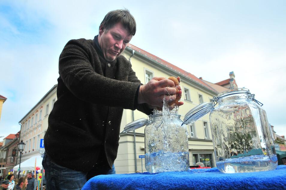 Wenn OB Mißbach doch, wie hier beim Bauernmarkt, Grundwasser einfach aus dem Schwamm pressen könnte.