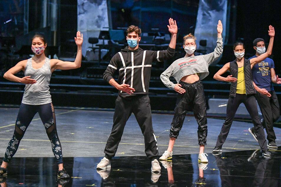 Tänzer vom Friedrichstadt-Palast bereiten sich für einen Fernsehauftritt beim Finale vor.