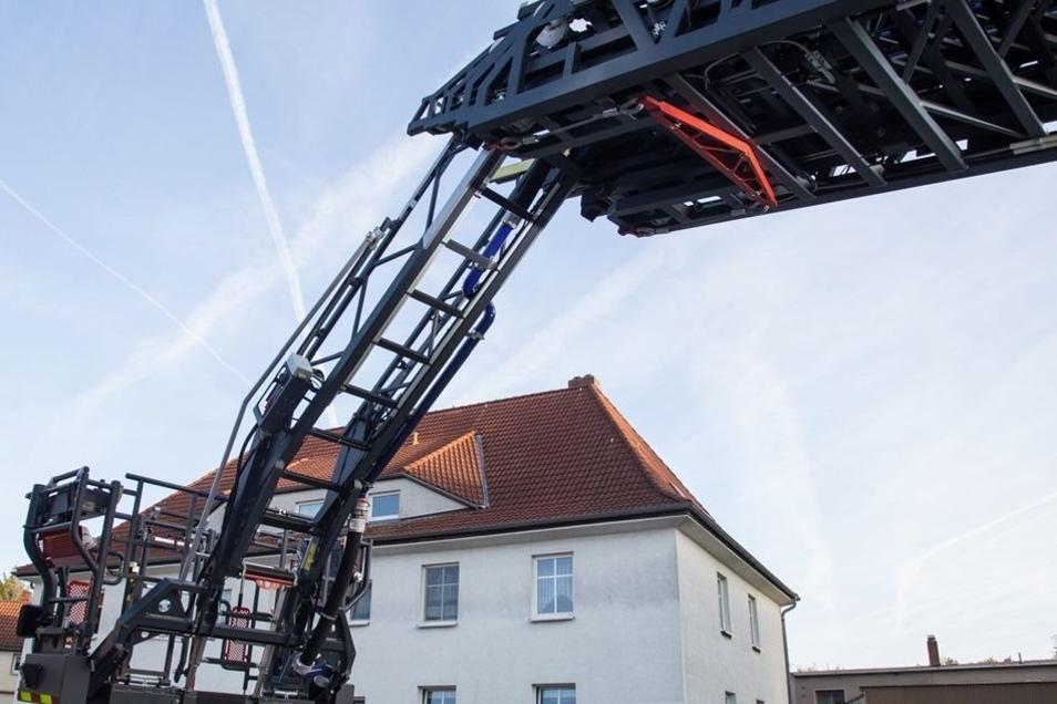 Die neue Drehleiter ist nach vorn abklappbar. Damit kann sie über Hausdächer geführt werden, und die Kameraden können ein Gebäude auch von der hinteren Seite löschen.