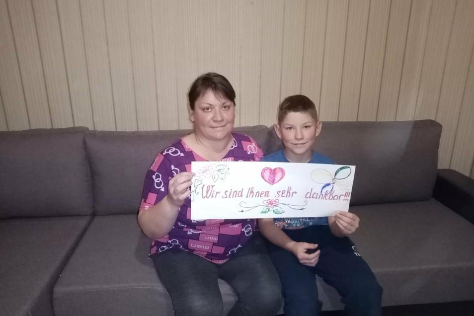 Matwej und seine Mutter Natascha bedanken sich bei den SZ-Lesern. Dank der Spenden haben sie nun unter anderem ein neues Sofa.