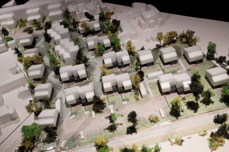 Als Modell existiert die neue Wohnanlage bereits. Die fünf Häuser am linken Rand werden in den nächsten Monaten als erste entstehen. Unten quer verläuft der Heimweg, am oberen Bildrand die Poppitzer Straße.