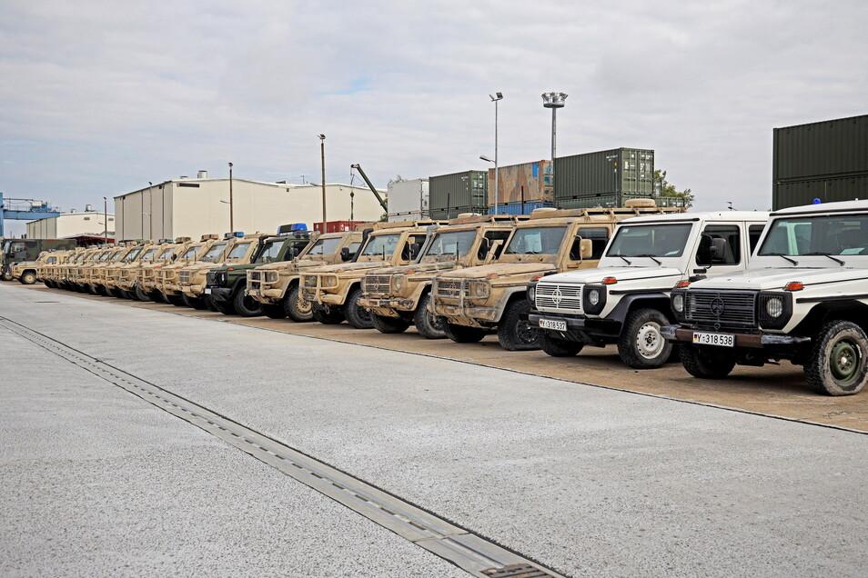 Die meisten Fahrzeuge, die in der Zeithainer Kaserne auf ihren nächsten Einsatz warten, haben noch die Wüstentarnung. Doch es sind auch ein paar weiße UN-Wagen darunter.