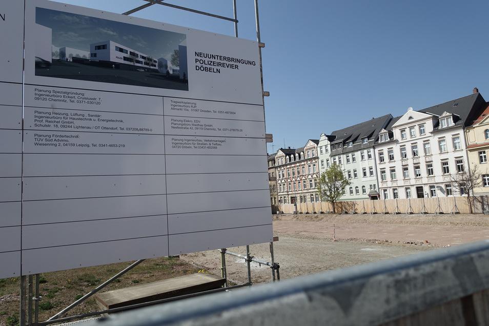 Blick über den Bauzaun: Außer einem Bauschild und der Grube für die Grundplatte ist noch nichts zu sehen auf der Baustelle des künftigen Polizeireviers an der Eichbergstraße.