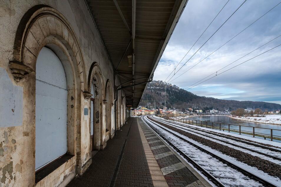 Bröckelputz und verbretterte Fenster: Das marode Empfangsgebäude des Königsteiner Bahnhofs soll wieder zum Aushängeschild werden.