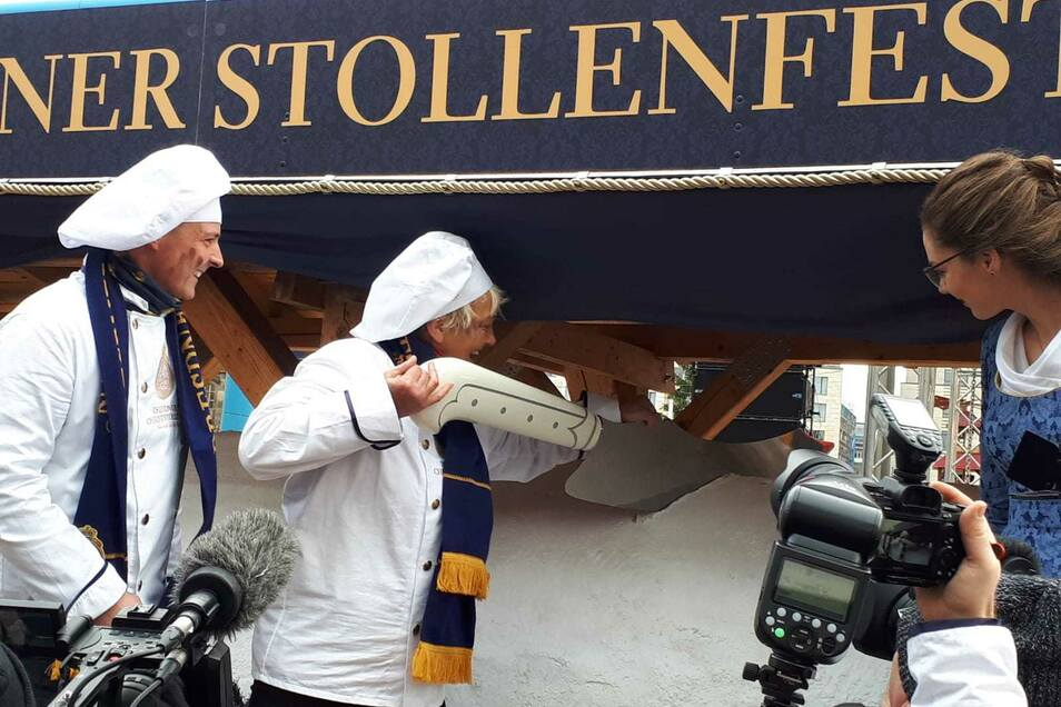 Hella Helbig bildete viele der Dresdner Bäckermeister aus. In diesem Jahr durfte sie den Riesenstriezel anschneiden.