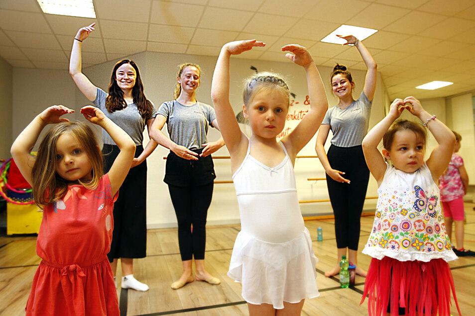 Jule Kühnel, Maxi Stölzel und Linda Wippich (hintere Reihe von links) von der Tanz- und Theaterwerkstatt in Pulsnitz zeigen Katniss, Lara und Emily, wie man sich bewegt.