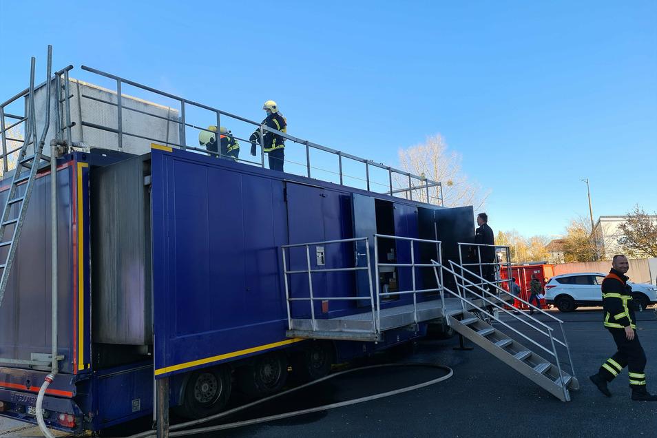 Der Brandcontainer - ein 37 Tonnen schwerer Truck bietet im Inneren wirklichkeitsgetreue Bedingungen.